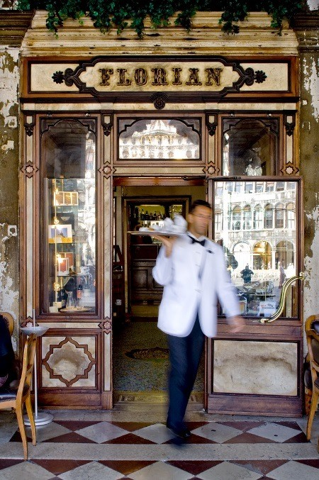 waiter at the main door with silver plated trayn vassoio d'argento