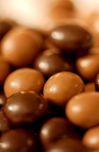 roasted coffee beans covered with dark chocolate 50 gr